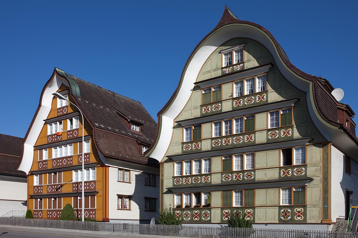 "Appenzeller Häuser mit geschweiften Giebeln an der Blattenheimstrasse in Appenzell (Bild: Roland Zumbuehl, Wikimedia, <a href=""https://creativecommons.org/licenses/by/3.0/deed.de"" target=""_blank"" rel=""nofollow"">CC</a>)"