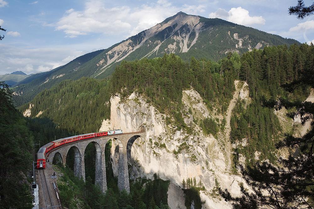"""Landwasserviadukt zwischen Schmitten GR und Filisur, Schweiz. Im Hintergrund der Piz Muchetta (Bild: Ikiwaner, Wikimedia, <a rel=""""nofollow"""" href=""""https://creativecommons.org/licenses/by/3.0/deed.de"""" target=""""_blank"""">CC</a>)"""