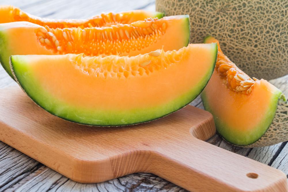 Die Zuckermelone oder Melone ist eine aus den Tropen und Subtropen stammende Pflanzenart. (Bild: © Still AB – shutterstock.com)