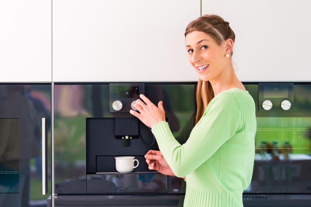 Ein Kaffeevollautomat ist eine lohnende Investition. (Bild: © Kzenon - shutterstock.com)