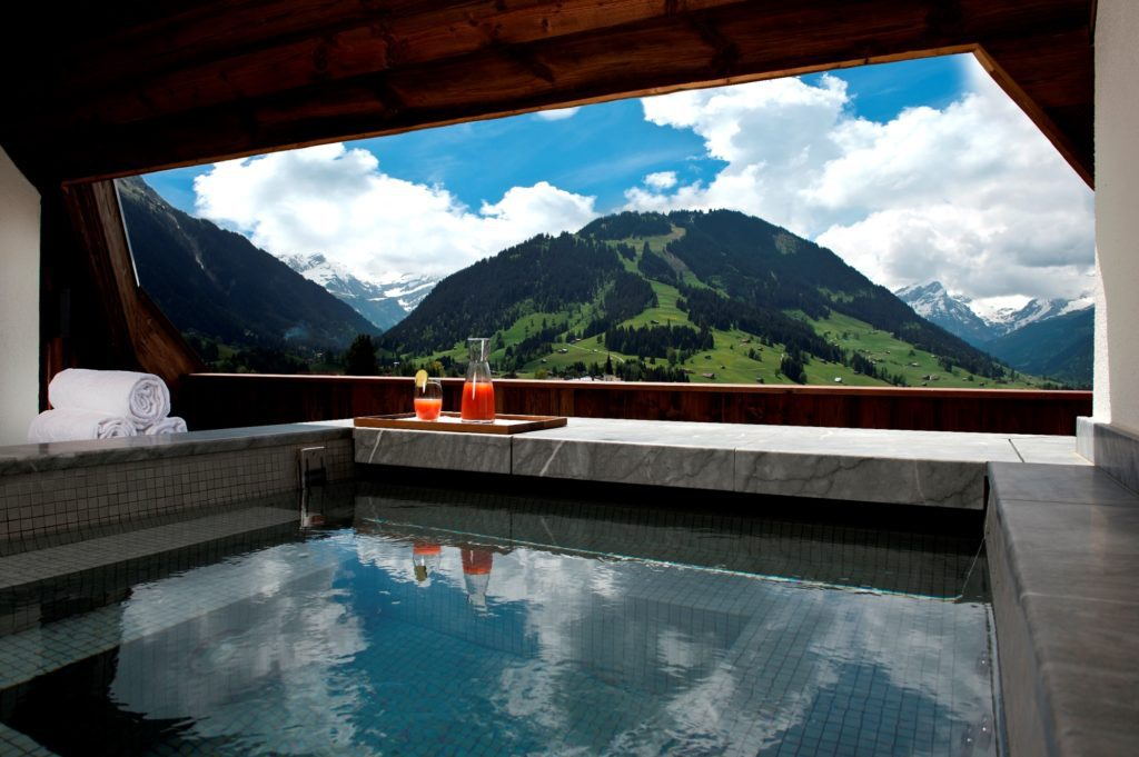 The Alpina Gstaad Pool (Bild: © Preferred Hotels & Resorts)