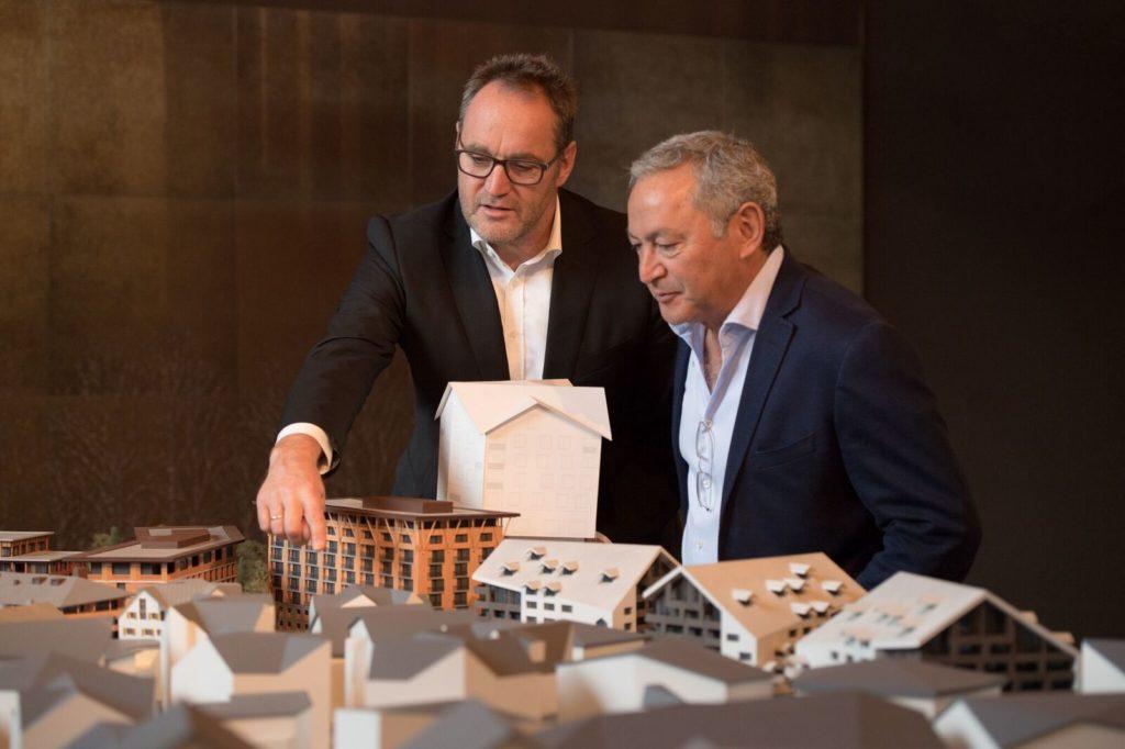 Michael Ganter, Inhaber der Ganter Group und Samih Sawiris, Verwaltungsratspräsident der Andermatt Swiss Alps AG beschliessen ein Joint Venture zur Erstellung des Apartmenthauses Alpenrose. (© Andermatt Swiss Alps)