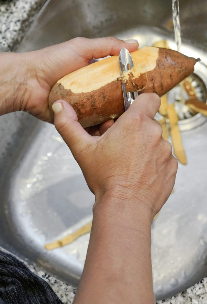 Süsskartoffeln werden wie normale Kartoffeln geschält. (Bild: © Picturegarden | Rohner)