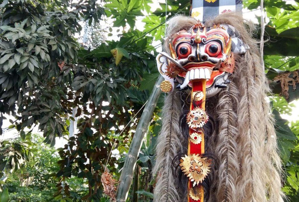 Während den Bali-Wochen wird das Restaurant MAHOI mit traditionellen Masken, Statuen, Dekorationsschirmen und Bildern geschmückt. (Quelle: Tropenhaus Wolhusen)