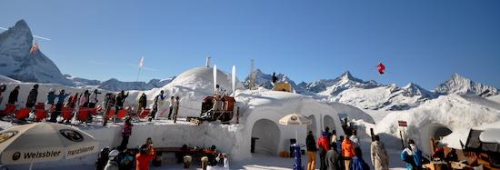 Achtung beim Mogul Mayhem in Zermatt wird hoch gesprungen.