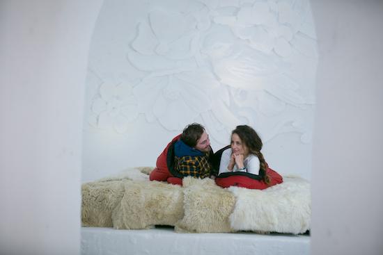 Passend zum Frühling zwitschert in diesem Romantik-Iglu ein Schneevogel von der Iglu-Wand.