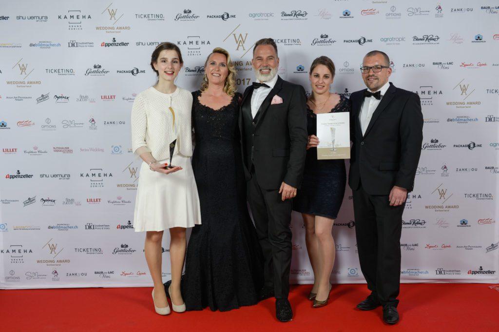 Preisverleihung: v.l.n.r.: Patrizia Grieder (Sales Manager Hotel Eden Roc), Maja Stuber (Präsidentin Wedding Award), Froonck Matthée (Deutscher Wedding Planner), Jacqueline und Matias Bolliger (Restaurant Schloss Seeburg).