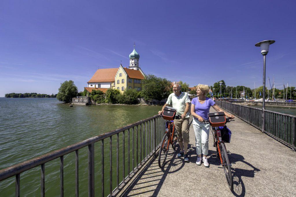 Radfahrer erkunden Hafen Wasserburg