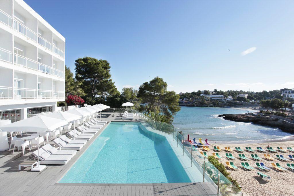 Das 4-Sterne-Sensimar Ibiza Beach Resort im Norden der Baleareninsel ist ein Hotel nur für Erwachsene. (© Grupotel Hotels & Resorts)