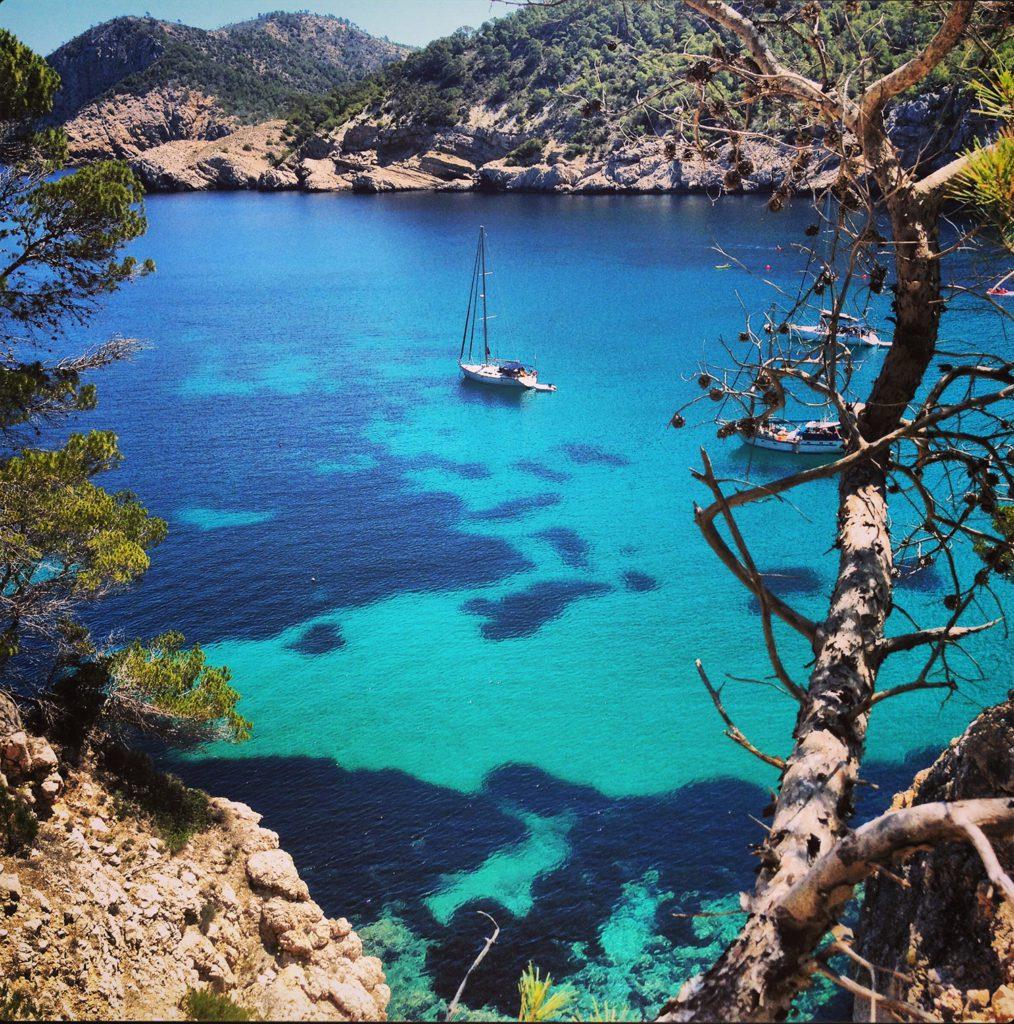 Ibiza lockt mit wilder Natur und türkisblauem Meer (© Toby Clarke)