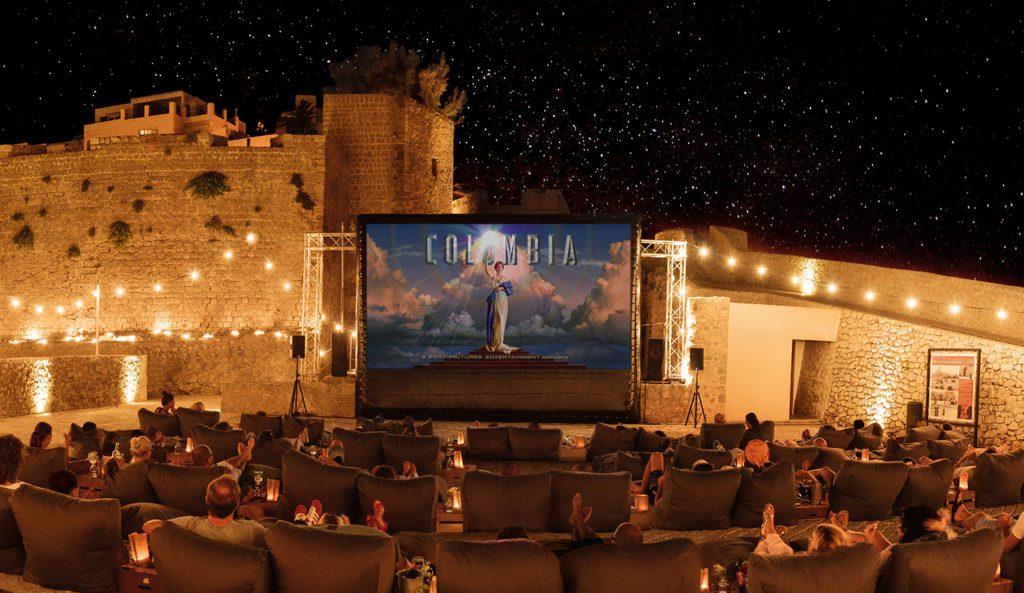 Unterm Sternenhimmel, umgeben von historischen Gemäuern – das Freiluft-Kino in Dalt Vila auf Ibiza. (© Tamás Kooning Lansbergen)