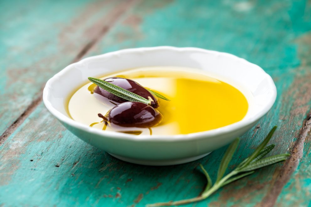 Kalt gepresstes Olivenöl enthält eine grosse Menge ungesättigter Fettsäuren. (Bild: B and E Dudzinscy – Shutterstock.com)