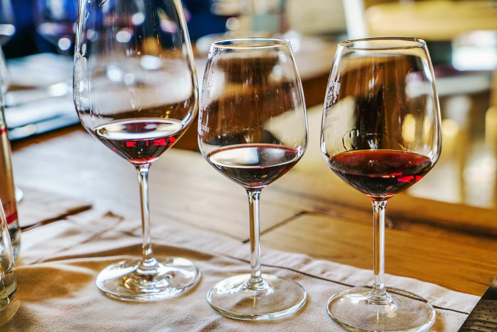 Wenn Sie für potenzielle Kunden eine Weinprobe vorbereiten, sollten Sie auf einige Punkte achten.  (© Shebeko - shutterstock.com)