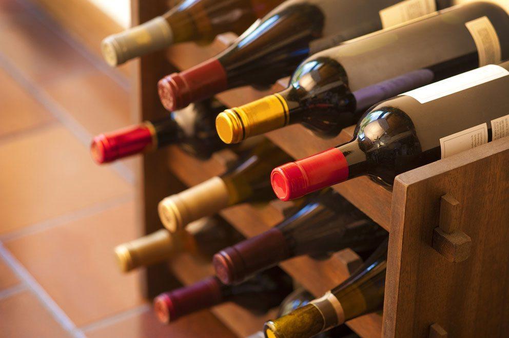 Im eigenen Weinregal lässt sich der Wein gut im eigenen Haus lagern. (Bild: Christian Delbert – Shutterstock.com)