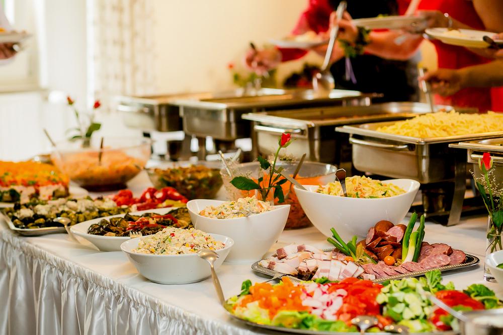 Die Gäste mit leckeren Speisen verwöhnen (Bild: LElik83 - shutterstock.com)