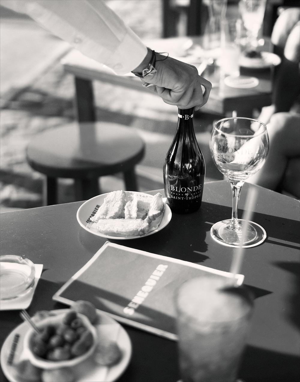Blumig-frisch im Geschmack passt das Getränk zum Apéro und schmeckt köstlich zu Burger, Tintenfisch sowie weiteren Speisen.