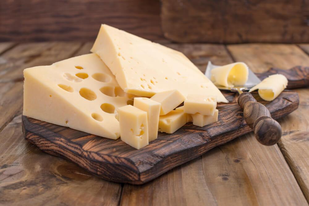Milchbranche jetzt offiziell Miteigentümerin an Schweizer Käsekulturen (Bild: Marina Bakush - shutterstock.com)