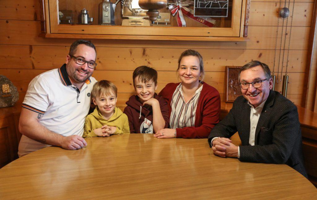 Daniel und Isa Diem freuen sich zusammen mit den Söhnen Giulio und Maurizio auf die neue Herausforderung im Gasthaus Rössli, anlässlich der Vertragsunterzeichnung mit Emil Koller, Präsident der Kastenbahn.