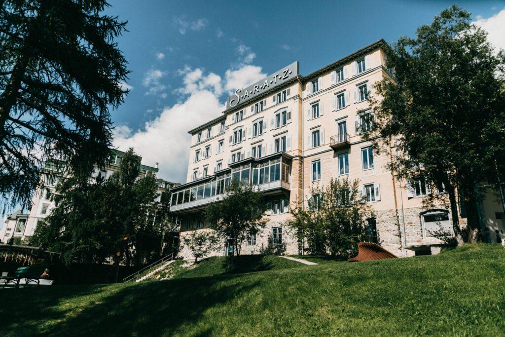 Die 35 000 Quadratmeter grosse Parkanlage im Hotel Saratz gibt Kindern unendlich viel Platz um sich auszutoben. (Bild: MyrtleWeddings)