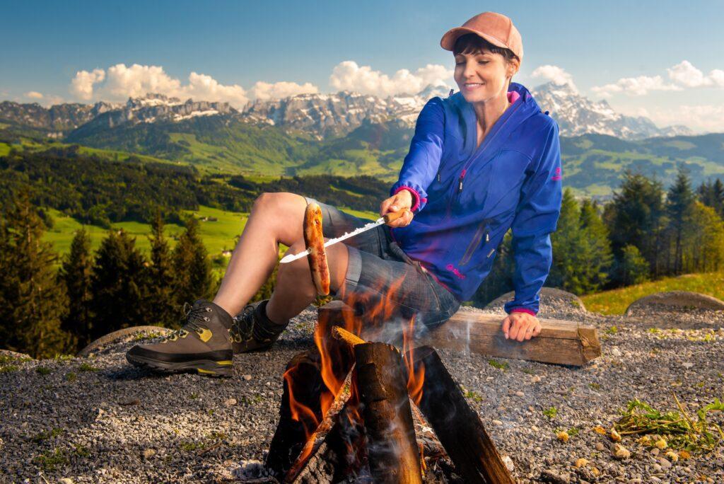 Anita Buri vor dem Ostschweizer Bergpanorama (Bild: Credit Loren Bedeli)